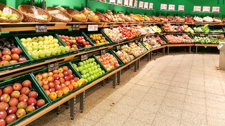Ein aufgeräumter Obststand im Supermarkt