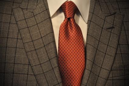Ein Business-Anzug mit orangefarbener Krawatte