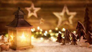 Abbildung einer weihnachtlicher Szene mit Kerzen und Holzfiguren